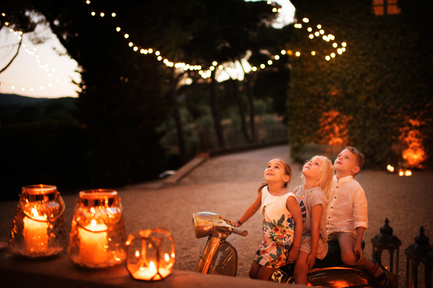 Kids surprise. Italian wedding photographer in Tuscany