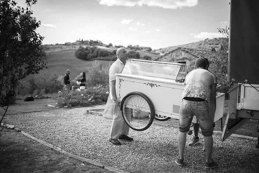 Wedding in Monte Follonico, Two men prepare a cart. Siena (Italy) countryside. Andrea Corsi wedding photographer, Tuscany.