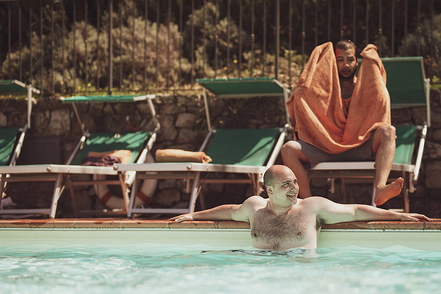 Groom in the pool, Meleto Castle wedding. Andrea Corsi photographer