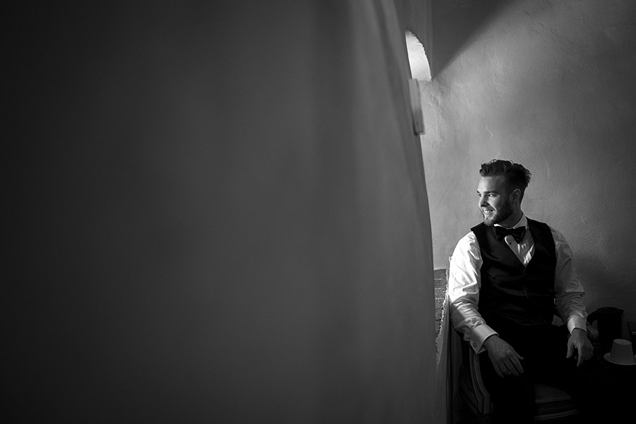 Guy sitting, Meleto Castle wedding. Andrea Corsi photographer