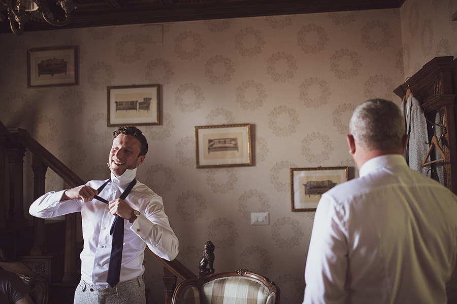 Groom is smiling, Villa le Fontanelle wedding. Andrea Corsi photographer