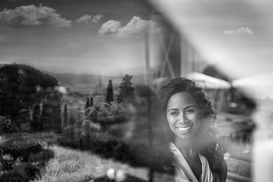 Awesome bride smile reflected in the mirror. Villa le Fontanelle wedding. Andrea Corsi photographer