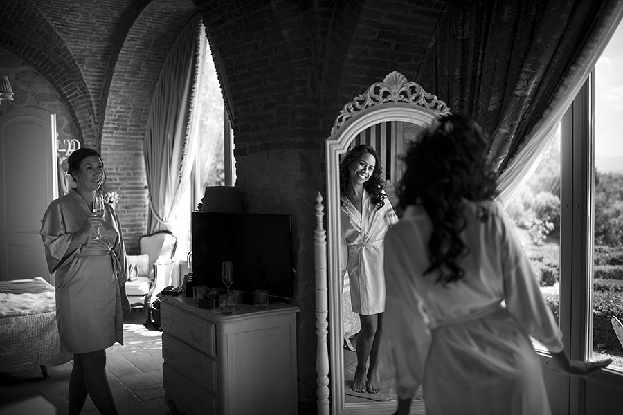 Bride reflected in the mirror. Villa le Fontanelle wedding. Andrea Corsi photographer