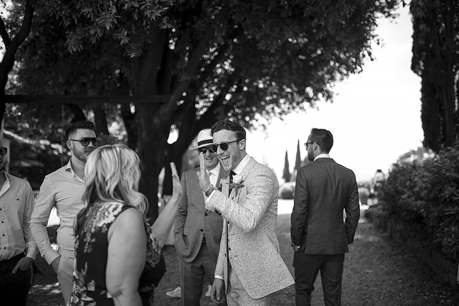 Amused men Villa le Fontanelle wedding. Andrea Corsi photographer